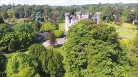 Silueta del hombre de negocios Cowering Castillo de Johnstown condado Wexford irlanda almacen de metraje de vídeo