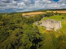 Silueta del hombre de negocios Cowering Castillo de Slane condado Meath irlanda fotos de archivo