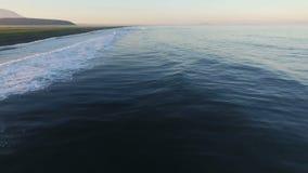 Silueta del hombre de negocios Cowering De vuelo rápido a lo largo de la orilla del océano Timelapse almacen de metraje de vídeo