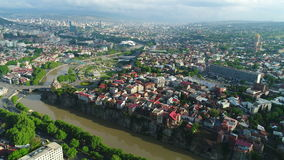 Silueta del hombre de negocios Cowering El volar sobre la ciudad vieja de Tbilisi 4K almacen de video