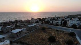 Silueta del hombre de negocios Cowering El volar sobre la isla Paisaje Mar Mediterr?neo y la costa Chipre Centro tur?stico de la  almacen de metraje de vídeo