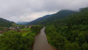Silueta del hombre de negocios Cowering El volar sobre el río hermoso de la montaña Tiro de la cámara aérea Panorama del paisaje almacen de video