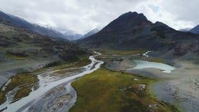 Silueta del hombre de negocios Cowering El volar sobre el río hermoso de la montaña Tiro de la cámara aérea Panorama del paisaje  almacen de metraje de vídeo