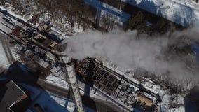 Silueta del hombre de negocios Cowering Emisión a la atmósfera de los tubos industriales Tubos de la chimenea shooted con el abej metrajes