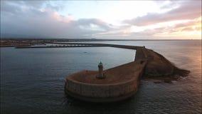 Silueta del hombre de negocios Cowering Faro de Laoghaire del Dun dublín irlanda almacen de video