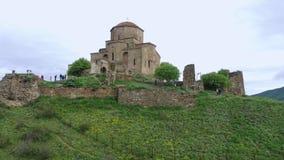 Silueta del hombre de negocios Cowering Iglesia de Jvari: Monasterio ortodoxo georgiano del siglo VI hermoso almacen de video
