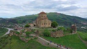 Silueta del hombre de negocios Cowering Jvari o el monasterio de Jvari es un monasterio ortodoxo georgiano almacen de metraje de vídeo