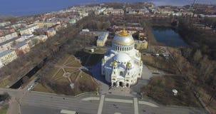 Silueta del hombre de negocios Cowering La arquitectura de la catedral naval de San Nicolás en Kronstadt Tirado en 4K la definici metrajes