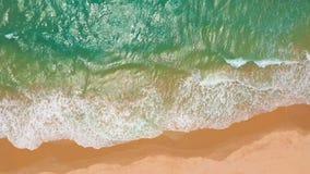 Silueta del hombre de negocios Cowering Las ondas se rompen en la playa blanca de la arena Ondas del mar en la playa hermosa metrajes