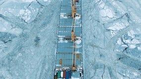 Silueta del hombre de negocios Cowering Las velas grandes de la nave a través del hielo marino en el invierno, primer metrajes