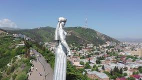 Silueta del hombre de negocios Cowering Madre - Georgia - un monumento en la capital de Georgia almacen de metraje de vídeo