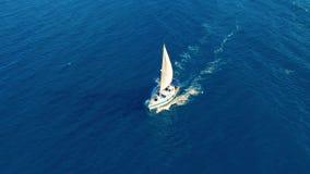 Silueta del hombre de negocios Cowering Navegaci?n del yate en el mar abierto en el d?a soleado Barco de navegaci?n almacen de metraje de vídeo