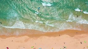 Silueta del hombre de negocios Cowering Ondas grandes que ruedan en el océano de la costa, ondas de fractura, línea de la playa metrajes