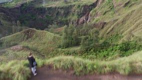 Silueta del hombre de negocios Cowering Opini?n de la monta?a y de valle verde Mujer que viaja que disfruta de paisaje de la mont almacen de metraje de vídeo