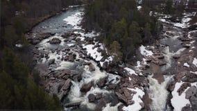 Silueta del hombre de negocios Cowering Poco r?o en las monta?as rocosas de piedra, Noruega de la cascada almacen de video