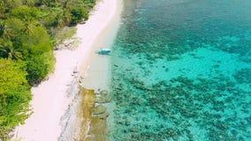 Silueta del hombre de negocios Cowering Primer barco turístico del banca en la playa arenosa tropical Isla del helicóptero, EL Ni metrajes