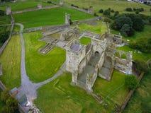 Silueta del hombre de negocios Cowering Priorato de Kells condado Kilkenny irlanda Fotos de archivo