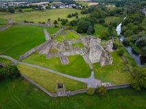 Silueta del hombre de negocios Cowering Priorato de Kells condado Kilkenny irlanda Fotos de archivo libres de regalías