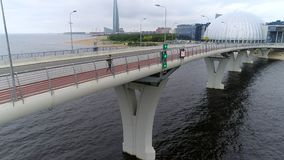Silueta del hombre de negocios Cowering Hombre que activa en el puente en la ciudad, ciudad masculina de Bridge In The del atleta metrajes