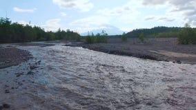 Silueta del hombre de negocios Cowering Río borroso en las montañas El camino fue lavado con agua almacen de video