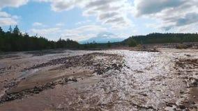 Silueta del hombre de negocios Cowering Río borroso en las montañas El camino fue lavado con agua almacen de metraje de vídeo
