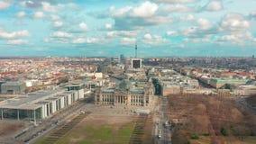 Silueta del hombre de negocios Cowering de Reichstag en Berlín 4K metrajes