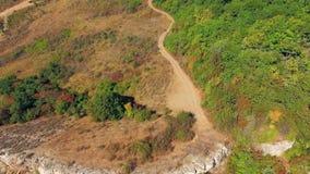Silueta del hombre de negocios Cowering Ridge Of Mountain Demerji Overgrown con los árboles verdes almacen de video
