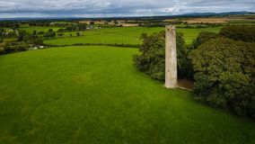 Silueta del hombre de negocios Cowering Torre redonda de Kilree Kells condado Kilkenny irlanda Imagen de archivo libre de regalías