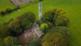 Silueta del hombre de negocios Cowering Torre redonda de Kilree Kells condado Kilkenny irlanda Foto de archivo libre de regalías