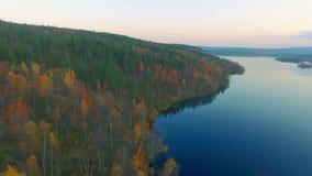 Silueta del hombre de negocios Cowering Tundra del otoño almacen de metraje de vídeo