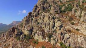 Silueta del hombre de negocios Cowering Valle famoso de fantasmas en la montaña almacen de metraje de vídeo
