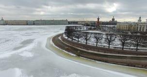 Silueta del hombre de negocios Cowering Vuelo a lo largo del río Neva en tiempo frío del revestimiento del invierno Puente sobre  fotografía de archivo libre de regalías