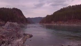Silueta del hombre de negocios Cowering Vuelo sobre el valle del río y del bosque de la montaña Autumn Landscape Cámara lenta metrajes