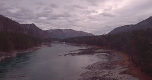 Silueta del hombre de negocios Cowering Vuelo sobre el valle del río y del bosque de la montaña Autumn Landscape 4K almacen de metraje de vídeo