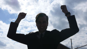 Silueta del hombre de negocios emocionado Celebrating Success, al aire libre Imagen de archivo libre de regalías