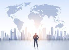 Silueta del hombre de negocios sobre edificios de oficinas modernos del mapa del mundo del paisaje de la ciudad stock de ilustración