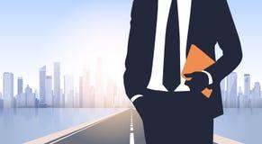 Silueta del hombre de negocios sobre edificios de oficinas modernos del paisaje de City Road ilustración del vector