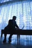 Silueta del hombre de negocios y de la computadora portátil. Fotos de archivo libres de regalías