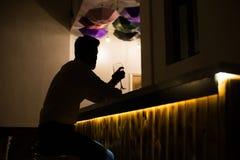 Silueta del hombre en bebidas alcohólicas de la bebida de la barra del café foto de archivo libre de regalías
