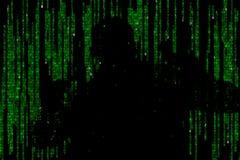 Silueta del hombre en datos digitales verdes El símbolo de un pirata informático fotos de archivo libres de regalías