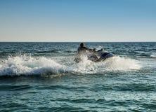 Silueta del hombre en jetski en el mar fotos de archivo libres de regalías