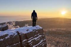Silueta del hombre en la montaña en la salida del sol Fotografía de archivo libre de regalías