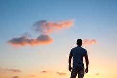Silueta del hombre en la puesta del sol Imagen de archivo
