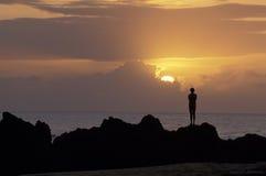 Silueta del hombre en la puesta del sol sobre el océano, Trinidad y Tobago Foto de archivo libre de regalías