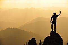 Silueta del hombre en montaña Imágenes de archivo libres de regalías
