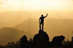 Silueta del hombre en montaña Conceptual Imagen de archivo libre de regalías
