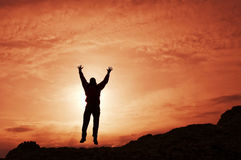 Silueta del hombre en puesta del sol fotos de archivo libres de regalías