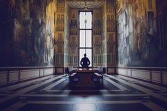 Silueta del hombre en un pasillo magnífico Imágenes de archivo libres de regalías