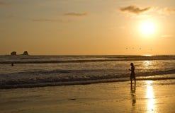 Silueta del hombre joven que disfruta de la opinión de la playa Imagenes de archivo