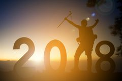 Silueta del hombre que camina con la palabra 2018 en Feliz Año Nuevo de la montaña de los árboles del concepto superior del bosqu Foto de archivo libre de regalías